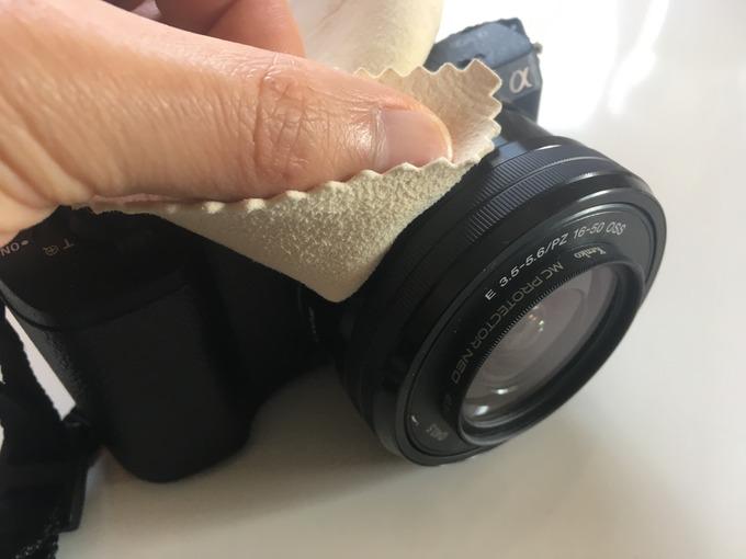 セーム革でカメラをお手入れ